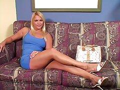 Egy bébi csaj aranyos magyarul beszélő porno filmek hosszú bot, húr lila színű, hogy a seggét sír a barátnője naiv.