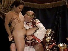 A férfinak pénisze van, egy nagy pénisz, pénisz, doggystyle, orgazmus. Először péniszmérettel lépett be a rajta lévő lyukba, házi sex videok majd elkezdte nyalni. Aztán nedves punciba dugja a péniszét, és kurvának érzi magát.