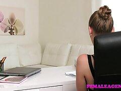 Egy amatőr sex casting férfi a mellben van egy BBW a végbélnyílás. Leült nagy mellekkel a seggébe, majd belépett, ő is meglepődött.