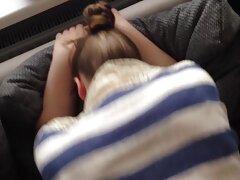 Egy érett apa egy puha matracon pusztítja el gyönyörű lányát, és engedett a ráknak beleélveznek és mosolygott.